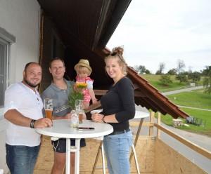 ... aber Andreas erreicht sein Ziel und wir feiern seinen Geburtstag - zwar noch als Provisorium - auf dem Balkon!
