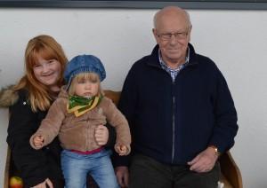 Heinz Schuff mit seiner Urenkelin und unserer Tochter